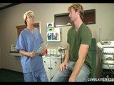 Pielęgniarka pieści pacjenta