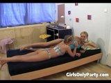 Dwie chudziutkie blondynki w akcji