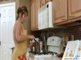 Samotna wdowa zabawia się w kuchni