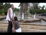 Z dwoma kolegami koło fontanny