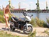 Szalona dziewczyna na motorze