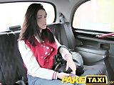 Studentka podróżuje w taksówce