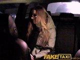 Napalona studentka jedzie taksówką