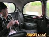 Piękna brunetka robi loda w samochodzie
