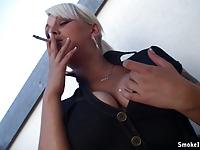Z papieroskiem na balkonie