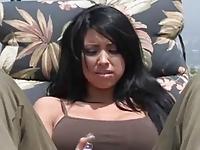 Słodziutka brunetka spragniona orgazmu
