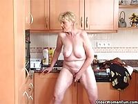 Babunia zabawia się w kuchni