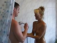Z mamuśką pod prysznicem