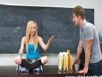Uczennica uwielbia to robić w szkole