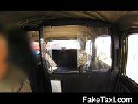 Pielęgniarka daje dupy w taksówce