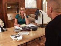 Piotr posuwa szefową w jej biurze
