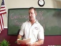 Cheerleaderka uwodzi dyrektora