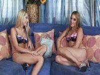 Blondynki bawią się podwójnym dildo