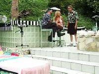 Zabawia się z sąsiadem na basenie