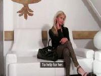 Casting z piękną blondynką