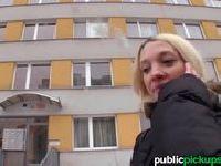 Śliczna blondyna z ulicy