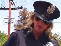 Policjantka robi loda