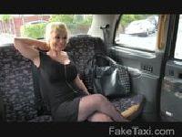 Blondi oddaje się taksówkarzowi