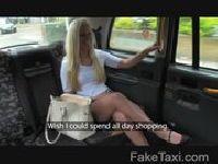 Uwodzicielska blondi na przejażdżce