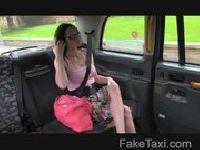 Turystka szaleje w taksówce