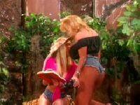 Zabawa lesbijek w ogrodzie