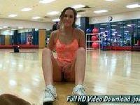 Gimnastyczka pokazuje wdzięki na siłowni
