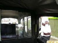 Policjantka po służbie daje dupy w taxi