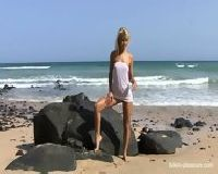 Naga piękność na plaży