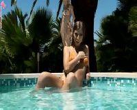 Seksowna nastolatka na basenie