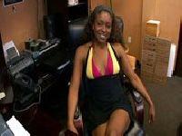 Sekretarka wypina dupę w biurze