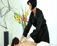 Atrakcyjna mężatka robi erotyczny masaż