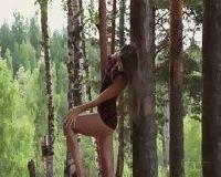 Seksowna laska w lesie