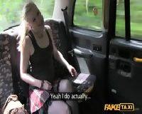 Taksówkarz podrywa pasażerkę