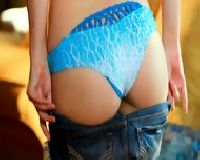 Laseczka ściąga spodnie