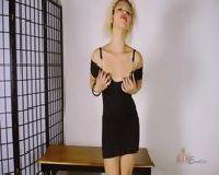 Seksowna suczka ściąga sukienkę