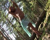 Ruda ślicznotka sama w lesie