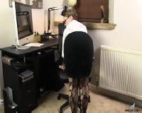 Pikantna sekretarka robi striptiz w pracy