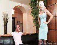Elegancka blondyna ma ochotę na seks