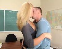 Student podrywa cycatą nauczycielkę