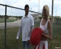 Zasadził dużego kutasa w cipkę cheerleaderki