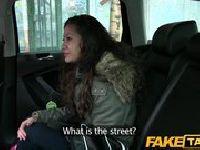 Studentka puszcza się w samochodzie