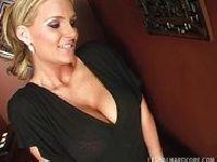 Seksowna porno gwiazda ciągnie druta
