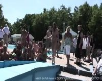 Dziewczyny tańczą na golasa