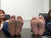 Seksowne stopy dwóch modelek