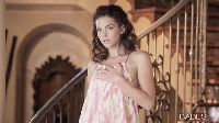 Kiera Winters nago na schodach