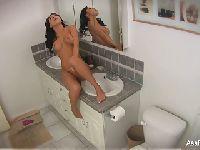 Asa bawi się w łazience