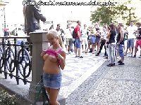 Dziewica pokazuje cycki