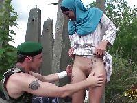 Żołnierz rozbiera muzułmankę