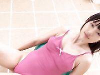 Azjatka ćwiczy nad basenem