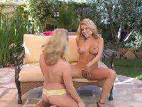Lesby w ogrodzie bawią się cipeczkai